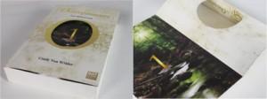 Le premier tome des Outrepasseurs de Cindy Van Wilder Découpe en forme de O et rabat avec le numéro du tome et un paysage illustré.