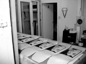 4. Image sérigraphiée sur planches de bois par The Ten Collective, un collectif artistique basé à Sheffield, en Angleterre. Image provenant de The Ten Collective.